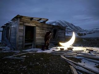 Moon Republic Künstler von der Mondrepublik fragen, zu wem der Mond gehört