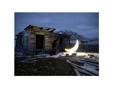 Künstler von der Mondrepublik fragen, zu wem der Mond gehört